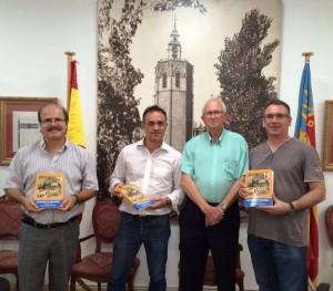De izquierda a derecha, el Alcalde D. Rafael Darijo, el presidente de AISAB D. Enrique Santafosta, el escritor D. Ismael Mallea y el impresor D. Vicente Mallea.
